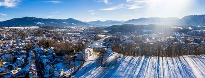 Vecchia città famosa aerea di cattivo inverno del kalvarienberg del toelz - Baviera - la Germania fotografia stock libera da diritti