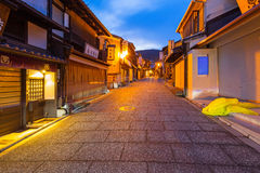Vecchia città giapponese nel distretto di Higashiyama di Kyoto alla notte Fotografia Stock Libera da Diritti