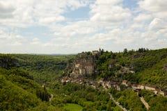 Vecchia città Rocamadour su un pendio di collina ripido, Rocomadour, Francia immagine stock