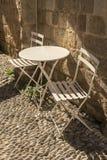 Vecchia città Rodi delle sedie e della Tabella Fotografia Stock