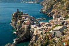 Vecchia città su una scogliera sopra il mare Fotografia Stock Libera da Diritti