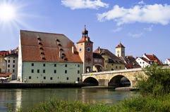 Vecchia città tedesca Regensburg al fiume Danubio fotografia stock libera da diritti