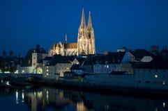 Vecchia città tedesca Regensburg al fiume Danubio immagini stock libere da diritti