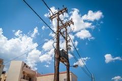 Vecchia colonna ad alta tensione di legno di elettricità sull'isola di Creta, Grecia Immagine Stock
