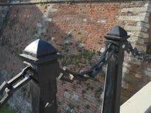 Vecchia colonna del ferro due con la catena fotografia stock libera da diritti