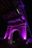 Vecchia colonna del ponte evidenziata nella porpora di notte Immagine Stock