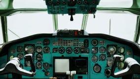 Vecchia console della cabina di pilotaggio dell'aereo passeggeri degli strumenti 4k di volo stock footage