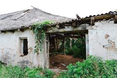 Vecchia costruzione abbandonata con il tetto dell'amianto - il tempo è onnipotente immagini stock libere da diritti
