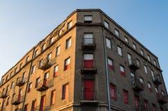 Vecchia costruzione abbandonata con le finestre bianche e rosse Fotografia Stock