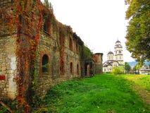 Vecchia costruzione abbandonata del comando del HQ dell'esercito turco dal 1714 e della chiesa ortodossa serba SV Petka Immagine Stock Libera da Diritti