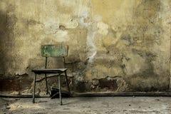 Vecchia costruzione abbandonata della fabbrica, vecchia sedia di legno Fotografia Stock Libera da Diritti