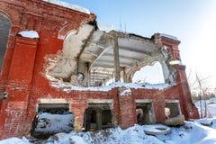Vecchia costruzione abbandonata e distrutta dal mattone rosso fotografie stock libere da diritti