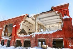 Vecchia costruzione abbandonata e distrutta dal mattone rosso fotografia stock libera da diritti