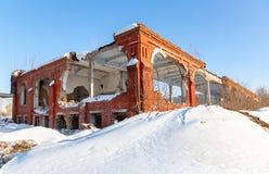 Vecchia costruzione abbandonata e distrutta dal mattone rosso fotografia stock
