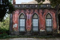 Vecchia costruzione adorabile con la facciata rossa, finestre incurvate, porte francesi. Fotografie Stock Libere da Diritti