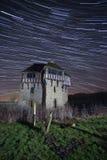 Vecchia costruzione alla notte con le tracce della stella Immagine Stock