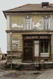 Vecchia costruzione antiquata, parete craked e plastre decomposto fotografie stock