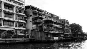 Vecchia costruzione in bianco e nero nel fiume immagine stock