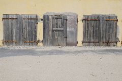 Vecchia costruzione chiusa ed abbandonato di legno chiusa delle porte, con la sbarra di ferro arrugginita Fotografia Stock Libera da Diritti