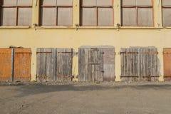 Vecchia costruzione chiusa ed abbandonato di legno chiusa delle porte, con la sbarra di ferro arrugginita Immagini Stock