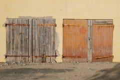 Vecchia costruzione chiusa ed abbandonato di legno chiusa delle porte, con la sbarra di ferro arrugginita Fotografia Stock