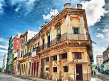 Vecchia costruzione coloniale di Avana con i balconi contro cielo blu Fotografia Stock Libera da Diritti
