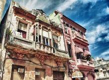 Vecchia costruzione coloniale di Avana con i balconi di sbriciolatura Fotografie Stock Libere da Diritti