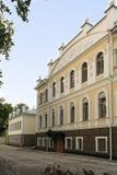 Vecchia costruzione con i balconi e le sculture in Yaroslavl Immagine Stock