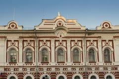 Vecchia costruzione con i bassorilievi e modanature in Yaroslavl Fotografie Stock Libere da Diritti