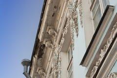 Vecchia costruzione con i bassorilievi e modanature in Yaroslavl Immagini Stock Libere da Diritti
