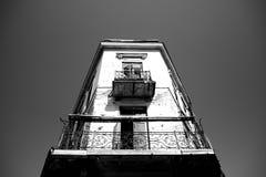 Vecchia costruzione con il balcone Immagini Stock Libere da Diritti