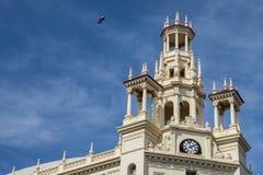 Vecchia costruzione con l'orologio e la torre Fotografie Stock Libere da Diritti