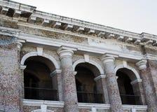 Vecchia costruzione con la decorazione architettonica Fotografia Stock