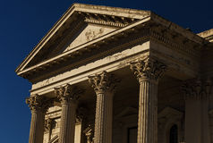 Vecchia costruzione con le colonne del Corinthian Fotografia Stock