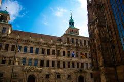 Vecchia costruzione del municipio vicino alla chiesa della st Sebaldus in Nurnberg, GER immagine stock libera da diritti