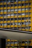 Vecchia costruzione dell'ufficio giallo con la struttura metallica moderna nella parte anteriore Fotografia Stock Libera da Diritti