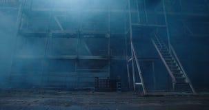 Vecchia costruzione della manifattura del tessuto nel fumo Atmosfera dello spazio scuro Corridoio abbandonato della fabbrica con  archivi video