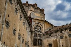 Vecchia costruzione della prigione contro il cielo blu fotografia stock libera da diritti