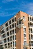 Vecchia costruzione di appartamenti Fotografie Stock
