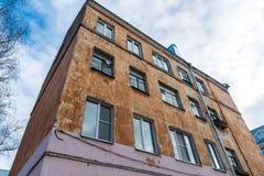 Vecchia costruzione di appartamento con i balconi distrutti Immagini Stock