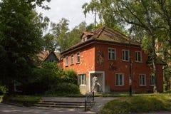 Vecchia costruzione di appartamento con i pescatori baltici del monumento sull'angolo Fotografie Stock