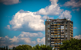 Vecchia costruzione di appartamento sotto il cielo blu con le nuvole in Europa orientale Immagine Stock
