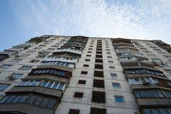 Vecchia costruzione di appartamento sovietica con gli appartamenti del blocco Immagine Stock Libera da Diritti