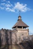 Vecchia costruzione di chiesa rustica di legno e recinto di legno contro la SK blu Fotografia Stock Libera da Diritti
