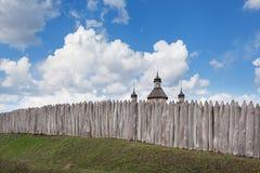 Vecchia costruzione di chiesa rustica di legno e recinto di legno contro la SK blu Immagini Stock