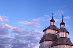 Vecchia costruzione di chiesa rustica di legno e recinto di legno contro la SK blu Immagine Stock Libera da Diritti
