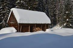 Vecchia costruzione di legno in inverno Immagine Stock Libera da Diritti