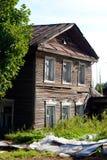 Vecchia costruzione di legno nella città di Kirillov Fotografia Stock