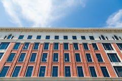 Vecchia costruzione di mattone con i molti Windows e tetto dello stucco fotografia stock libera da diritti