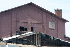 Vecchia costruzione di mattone con Windows rotto Fotografia Stock